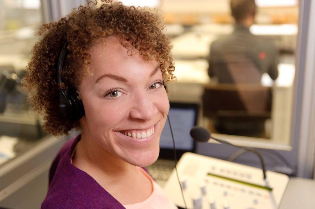 Myriam Sodjinou mit Kopfhörern in der Kabine